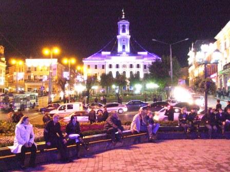 Rathausplatz bei Nacht in Czernowitz