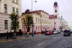 im Hintergrund: Kath. Kirche