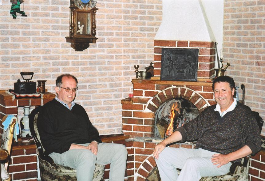 Alfred Wanza (l)  und Emilian Fedorowytsch (r) im  Gästehaus der Familie Sava in Pojoritta  (Südbukowina)