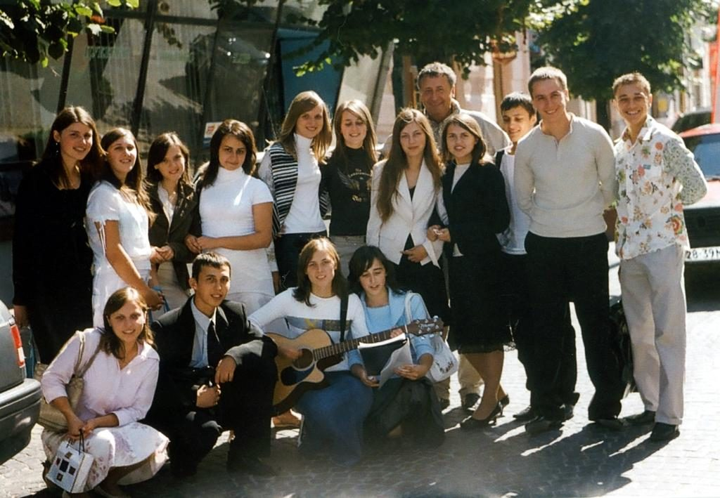 Czernowitzer Jugend von heute Die einer kirchlichen Gemeinde angehörenden Jugendlichen besuchen Bewohner von Altenheimen, Kranke und alleinstehende ältere Personen, um sie mit ihrem Gesang zu erfreuen.  Foto aufgenommen in Czernowitz - Sommer 2006 -